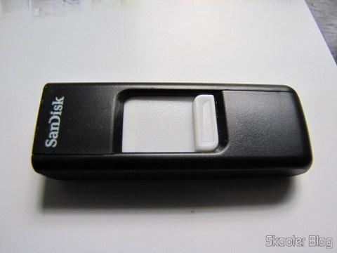 Pendrive Sandisk 8GB, com seu conector retrátil