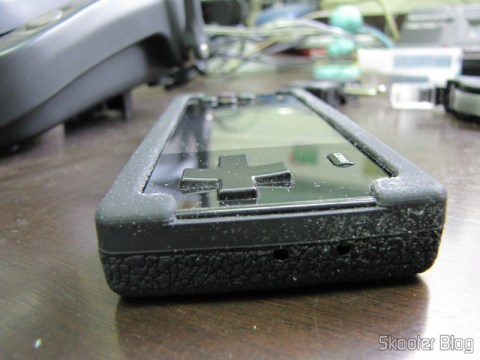 Lateral da Capa Protetora de Silicone para o Dingoo A-320, com os oríficios para o botão de reset e o microfone