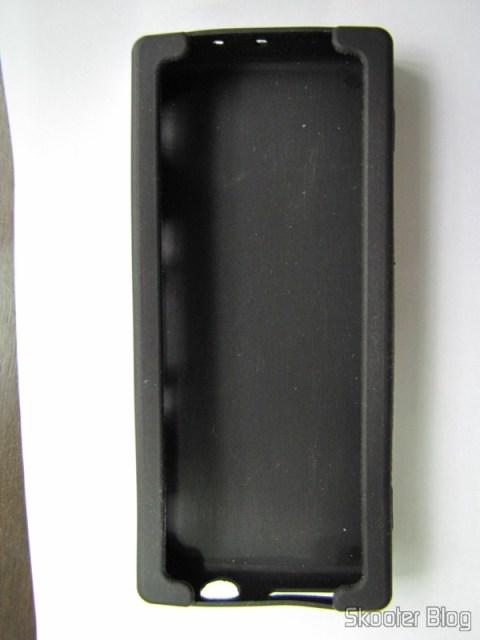 A parte de dentro da capa protetora de silicone, sem o Dingoo A-320 dentro