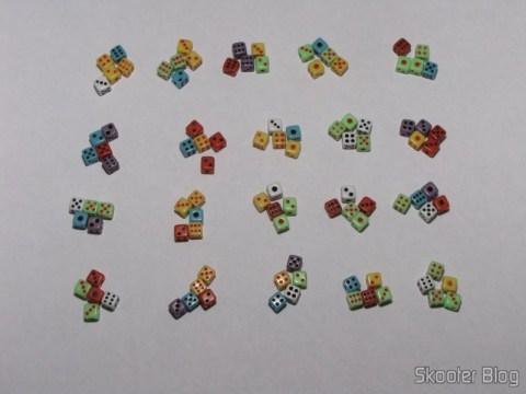 Os 100 dadinhos em 20 grupos com 5 dadinhos cada, para facilitar a contagem