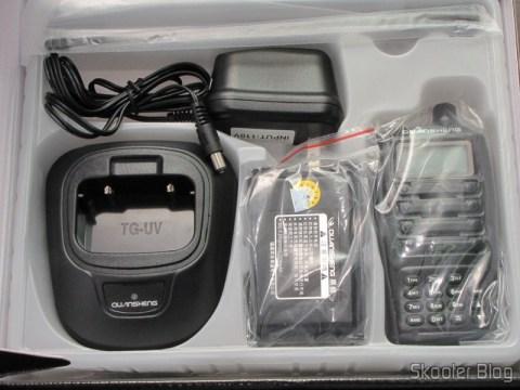 O Rádio HT Quansheng Walkie-Talkie Multi-Banda VHF/UHF, Dual Frequency, com VOX, Lanterna e Rádio FM e todos os seus acessórios na caixa