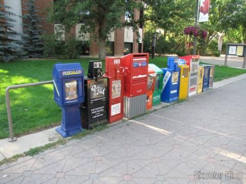 Algumas máquinas para vender e/ou distribuir jornais.