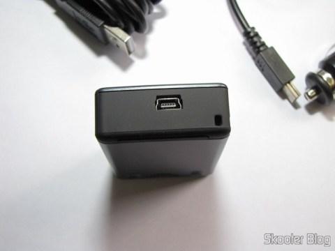 Conector USB na outra lateral do Receptor GPS Bluetooth HOLUX M-1000C com Gravador de Log de Viagem, Recarregável