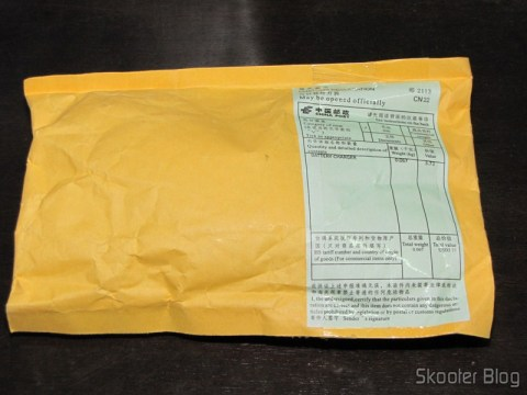 Pacote da DealExtreme com o Carregador/Adaptador USB 1000mA 100~240V com Plug nos padrões Brasileiro/Europeu e Norte-Americano