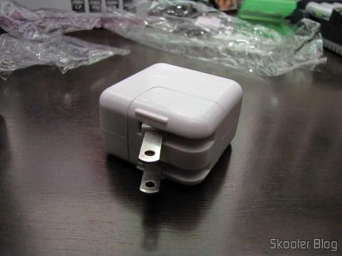 Carregador/Adaptador USB 1000mA 100~240V com Plug nos padrões Brasileiro/Europeu e Norte-Americano com o plug no padrão norte-americano acoplado