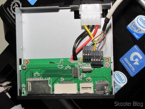 """O Painel Frontal para baia de 3.5"""" com leitor de cartões SDHC/MS/SD/MMC/TF/M2 e 4 portas USB por dentro"""