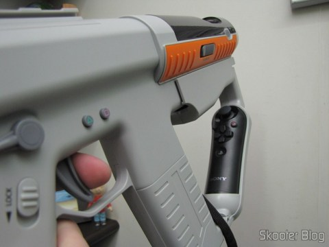 Playstation Move Sharp Shooter com os Playstation Move Motion Controller e Playstation Move Navigation Controller acoplados