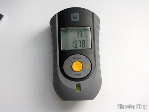Medidor de Distância Ultrassônico com Apontador Laser e LCD de 2.0″ (Bateria 9V – G6F22) fazendo medida de volume
