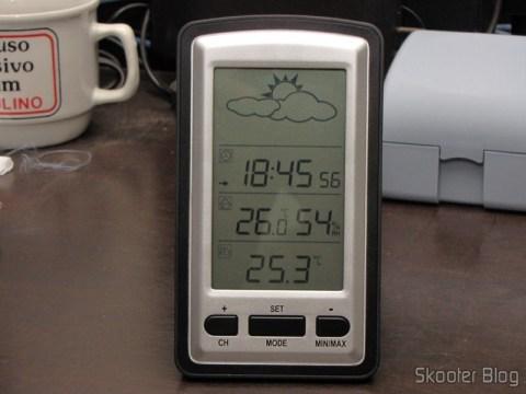 Estação Base da Estação de Tempo com LCD de 4″, Relógio, Higrômetro, e Sensor de Temperatura Interno e Externo Sem Fio: temperatura externa levemente inferior à interna