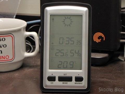 Estação de Tempo com LCD de 4″, Relógio, Higrômetro, e Sensor de Temperatura Interno e Externo Sem Fio: a noite a temperatura externa caiu bastante em relação à interna