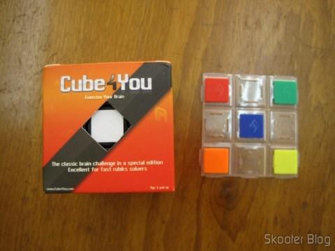 Cubo Mágico de Alta Qualidade e Velocidade 3x3x3 na caixa e a placa com os ladrilhos reserva