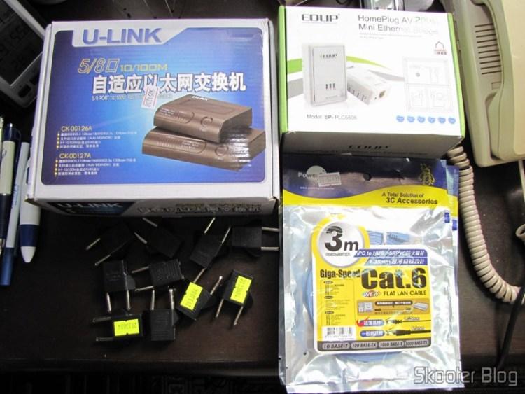Par de Adaptadores de Rede EP-PLC5506 Home Plug Powerline 200Mbps, Switch Fast Ethernet 10/100Mbps com 8 portas Auto MDI/MDIX, 3 Cabos de Rede LAN Plano Cat6 RJ45 p/ Gigabit Ethernet com 3 metros, e 10 Adaptadores de Plug de Energia Redondo para Plano