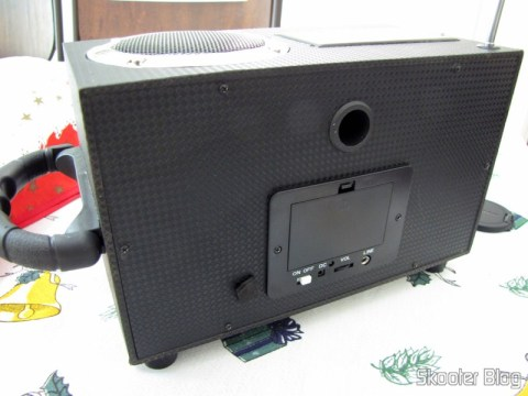 Parte traseira do Rádio de Madeira, Recarregável com Energia Solar, com MP3 Player, FM, Slot SD, Slot USB e Auto Falante com Luzes
