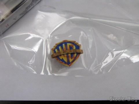 Adesivo da Warner Bros. veio colado no plástico que lacrava a caixinha. Removi e colei-o dentro da caixinha.
