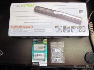 """Pacote da DX com o Pacote com 4 Baterias AA Recarregáveis NiMH 2100mAh Sony CycleEnergy Genuínas (Genuine Sony CycleEnergy 2100mAh Ni-MH Rechargeable AA Batteries (4-Pack)), o Cartão de Memória Micro SDHC / TF Sandisk Genuíno 16GB (Genuine SanDisk Micro SDHC / TF Memory Card (16GB)) e o Scanner de Mão A4 sem fio com LCD 1.5"""", USB, e Slot para Cartão Micro SDHC/TF, 2 pilhas AA (1.5"""" LCD Cordless Handheld A4 Scanner with USB + TF Card Slot (2*AA))"""