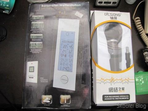 "Microfone Condensador com Tripé DICSONG DM-10 (DICSONG DM-10 Condenser Microphone with Tripod) e Estação de Tempo com Barômetro, Sensor Remoto Sem Fio, LCD 5.3"" 9 em 1 TPW399 (2 x AA + 2 x AAA) (TPW399 9-in-1 5.3"" LCD Barometer Weather Station w/ Wireless Remote Sensor (2 x AA + 2 x AAA))"
