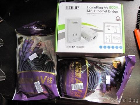 Cabos RCA Macho Triplo para RCA Macho Triplo, Púrpura com 2 metros (3 RCA Male to 3 RCA Male Audio Video Cable - Purple (2.0m)) e o Par de Adaptadores de Comunicação em Rede Powerline Home Plug 200Mbps EP-PLC5506