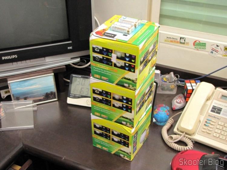 Pacote com 4 Baterias AA Recarregáveis NiMH 2100mAh Sony CycleEnergy Genuínas e 3 Lâmpadas Cerâmica Decorativa com Luz Multicolorida, Alimentada com Energia Solar, com Padrão de Folha de Maple, Branca
