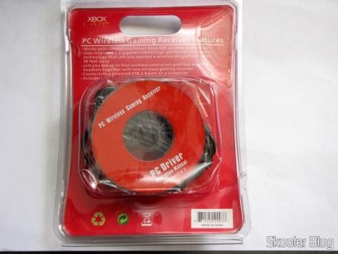 Receptor de Controladores Sem Fio de Xbox 360 para PC (Designer's PC Wireless Gaming Receiver for XBOX 360 Controller – Black), em sua embalagem, com o CD de drivers