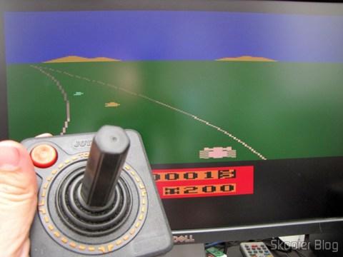 O joystick de Atari 2600 sendo usado com o emulador Stella