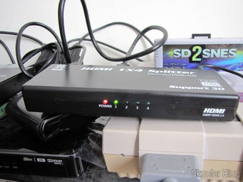 Splitter HDMI de 1 entrada para 4 saídas HUIYISHUN HDMI-400 HDMI v1.4 Full HD 1080p 3D (HUIYISHUN HDMI-400 3D 1080p Full HD HDMI V1.4 1 to 4 Splitter – Black + White (UK Plug / 100~240V)) em funcionamento