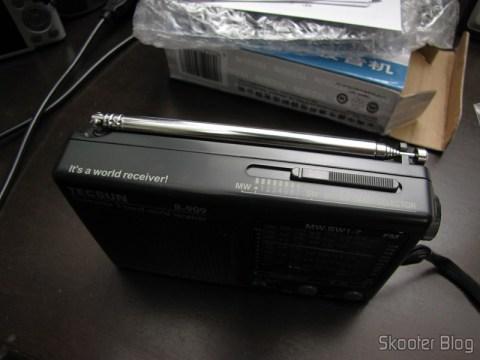 Parte superior do Rádio Portátil Tecsun R-909 Multibanda com 9 faixas FM / AM / SW (7 faixas de ondas curtas, 2 x AA) (TECSUN R-909 Portable FM / MW / SW Multiband AM / FM Radio Receiver – Black (2 x AA))
