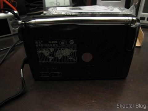 Parte Traseira do Rádio Portátil Tecsun R-909 Multibanda com 9 faixas FM / AM / SW (7 faixas de ondas curtas, 2 x AA) (TECSUN R-909 Portable FM / MW / SW Multiband AM / FM Radio Receiver – Black (2 x AA))