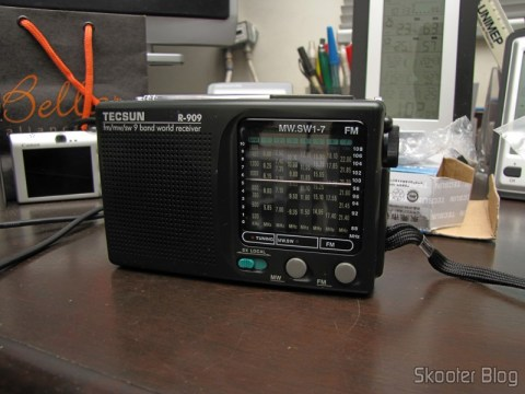 Portable radio Tecsun R-909 Multiband com 9 FM bands / AM / SW (7 Shortwave bands, 2 x AA) (TECSUN R-909 Portable FM / MW / SW Multiband AM / FM Radio Receiver – Black (2 x AA))