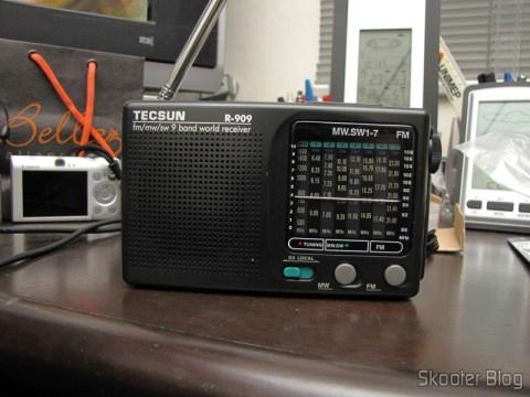 Rádio Portátil Tecsun R-909 Multibanda com 9 faixas FM / AM / SW (7 faixas de ondas curtas, 2 x AA) (TECSUN R-909 Portable FM / MW / SW Multiband AM / FM Radio Receiver – Black (2 x AA))