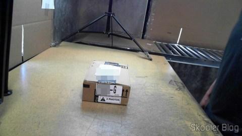 Pacote com o Carregador de Pilhas La Crosse Technoly Alpha Power BC1000 (La Crosse Technology Alpha Power Battery Charger, BC1000) em foto tirada pela Shipito