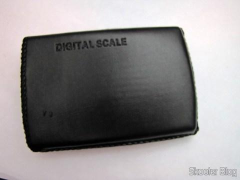 Balança de Precisão Digital de Bolso (Máximo 300g / Resolução 0.01g) (Precision Digital Pocket Scale (300g Max / 0.01g Resolution)) na capa de couro sintético