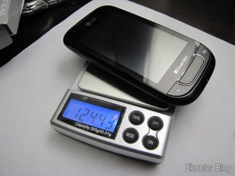 Balança de Precisão Digital de Bolso (Máximo 300g / Resolução 0.01g) (Precision Digital Pocket Scale (300g Max / 0.01g Resolution)) pesando um celular LG P698