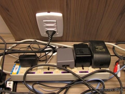 O quarto Filtro de Linha com 5 Tomadas Universais e Interruptores Individuais (5-Outlet Electric AC Power Bar Strip Splitter with Switch (250V)) adquirido na DX, conectando os videogames na sala