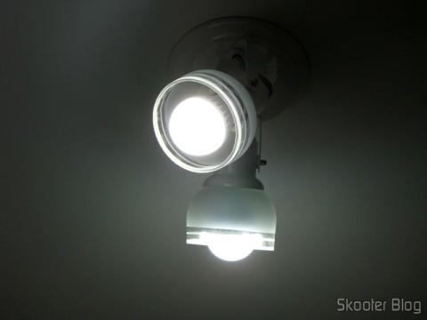2 Lâmpadas LED 9W Luz Branca 7000K 1100 lumens E27 COB LED (110~220V) (E27 9W 1100lm 7000K White Light COB 1-LED Bulb – White (110~ 220V)) installed on a lamp