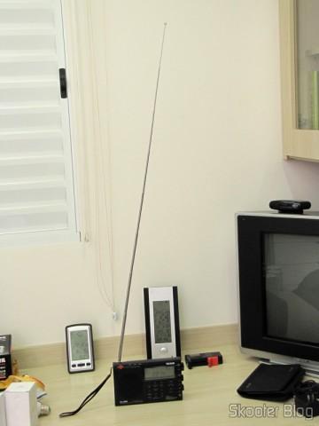 Radio Multi-Banda Mundial Tecsun PL-660 FM, AM (Ondas Médias), Ondas Curtas, Ondas Longas e Escuta Aeronáutica (TECSUN PL-660 (Black) AIR/FM/SW/MW/LW World Band Radio) com a antena telescópica estendida