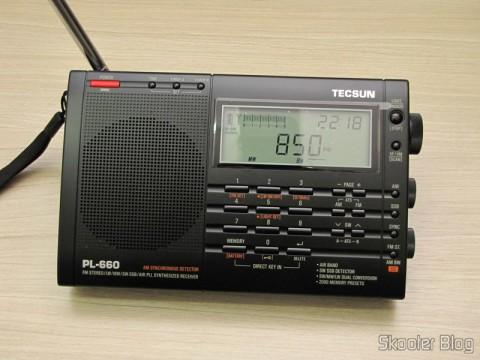Radio Multi-Banda Mundial Tecsun PL-660 FM, AM (Ondas Médias), Ondas Curtas, Ondas Longas e Escuta Aeronáutica (TECSUN PL-660 (Black) AIR/FM/SW/MW/LW World Band Radio) sintonizando ondas médias (AM)