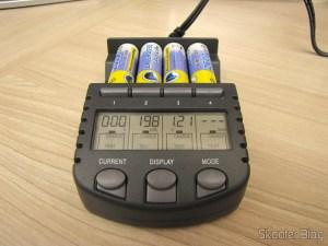 Carregador de Pilhas La Crosse Technoly Alpha Power BC1000 (La Crosse Technology Alpha Power Battery Charger, BC1000) em funcionamento, display mostrando diferentes informações para cada pilha