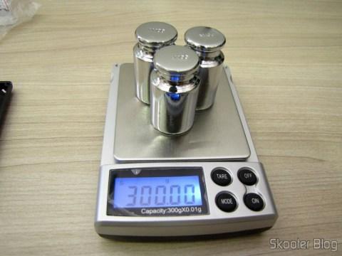 Calibrando a balança de precisão com os 3 Pesos de 100 gramas para Calibragem de Balança de Precisão Digital (Digital Scale Calibration Weight (100 grams))
