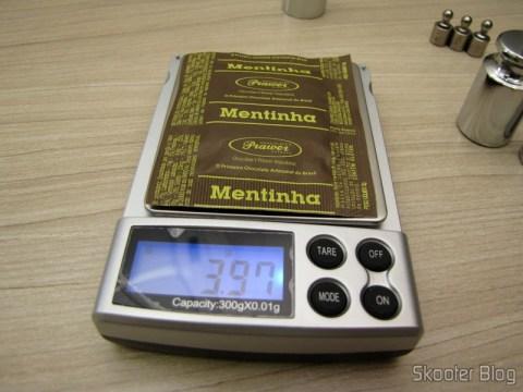 Testando a balança de precisão com um chocolate Mentinha da Prawer