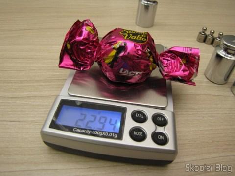 Testando a balança de precisão com um bombom Sonho de Valsa