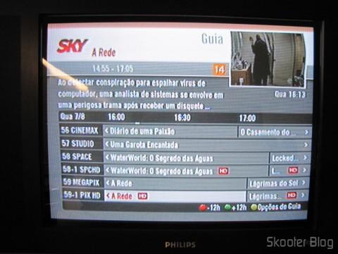 TV CRT exibindo a imagem de saída do Conversor de HDMI para Vídeo Composto (CVBS) + Áudio Estéreo (HDMI to CVBS Video Converter): menus da Sky ficam bem legíveis
