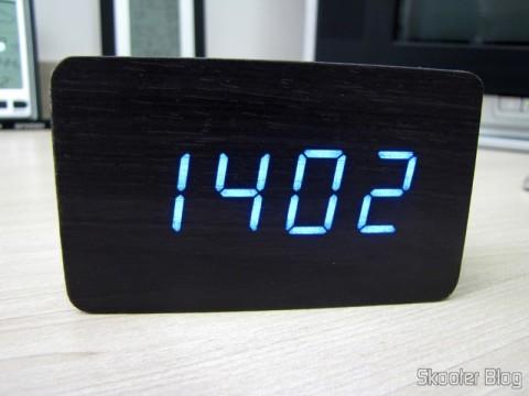 Relógio com Alarme Estilo Madeira c/ LED Azul e Temperatura (Wood Style Alarm Clock w/ Blue LED + Temperature – Black + Grey (4 x AAA/USB)), em funcionamento, mostrando as horas