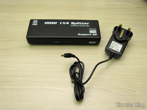 Splitter HDMI de 1 entrada para 4 saídas HUIYISHUN HDMI-400 HDMI v1.4 Full HD 1080p 3D (HUIYISHUN HDMI-400 3D 1080p Full HD HDMI V1.4 1 to 4 Splitter – Black + White (UK Plug / 100~240V)) e sua fonte de alimentação