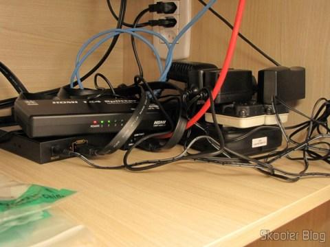 Splitter HDMI de 1 entrada para 4 saídas HUIYISHUN HDMI-400 HDMI v1.4 Full HD 1080p 3D (HUIYISHUN HDMI-400 3D 1080p Full HD HDMI V1.4 1 to 4 Splitter – Black + White (UK Plug / 100~ 240V)) operation, next to the HDMI extenders
