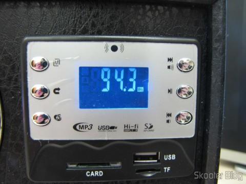 """Display do MP3 Player com Alto-Falante HY-F3 com Tela de 1.3"""", Bateria Recarregável, Luz Colorida Piscante, Rádio FM, slots SD, TF e USB (Rechargeable 1.3"""" Screen MP3 Player Music Speaker w/ Colorful Flashing Light / FM / SD / TF / USB) em funcionamento"""