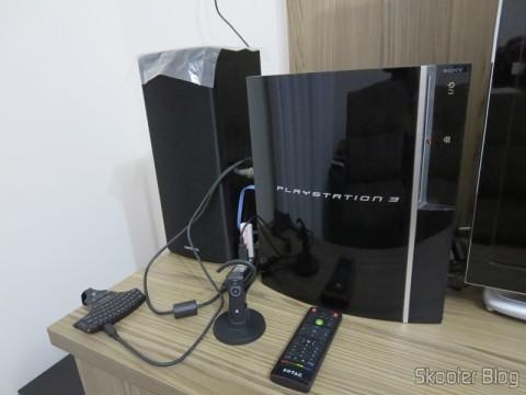 Playstation 3 e alguns acessórios: o Headset Bluetooth Wireless Oficial do Playstation 3 (PS3) veio da Inglaterra e você já viu no Skooter Blog. O mini-teclado comprei no Canadá e o console nos EUA. Viva a globalização! :P