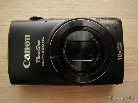 Parte Frontal da Câmera Digital Canon PowerShot ELPH 330 HS 12.1 MP Wi-Fi CMOS Zoom Óptico 10X Lentes 24mm Video Full HD 1080p (Canon PowerShot ELPH 330 HS 12.1 MP Wi-Fi Enabled CMOS Digital Camera with 10x Optical Zoom 24mm Wide-Angle Lens and 1080p Full HD Video (Black))