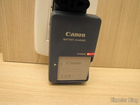 Carregador da Câmera Digital Canon PowerShot ELPH 330 HS 12.1 MP Wi-Fi CMOS Zoom Óptico 10X Lentes 24mm Video Full HD 1080p (Canon PowerShot ELPH 330 HS 12.1 MP Wi-Fi Enabled CMOS Digital Camera with 10x Optical Zoom 24mm Wide-Angle Lens and 1080p Full HD Video (Black)) em funcionamento