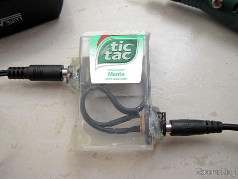 Adaptador feito com dois jacks P4, adaptado em um caixinha de Tic Tac