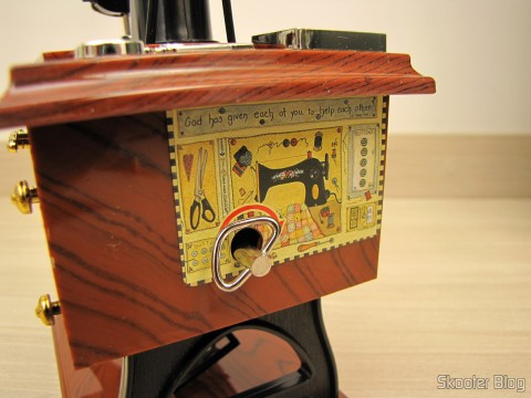 A alavanca de corda da Mini Caixa Musical Mecânica Estilo Máquina de Costura Antiga (Vintage Mini Sewing Machine Style Mechanical Music Box)